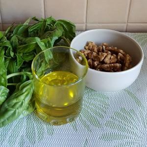 базилик, оливковое масло и орехи